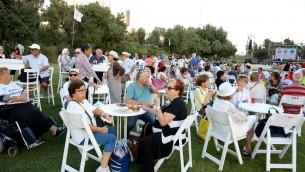 Un moment de repos et de dégustation bien mérité sur les pelouses du Gan Sacher à Jérusalem, lors de l'Olimpiada, le 30 juin 2016. (Crédits : autorisation)