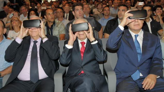 De gauche à droite : le président Reuven Rivlin, l'ancien président Shimon Peres, et le Premier ministre Benjamin Netanyahu avec des casques de réalité virtuelle, pendant l'inauguration du Centre pur l'innovation, le 21 juillet 2016. (Crédit : autorisation)