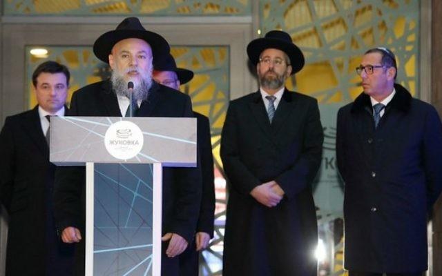 Le rabbin Alexander Boroda parlant à l'ouverture de la Zhukovka JCC, le 6 décembre 2015. (Autorisation de la Fédération des communautés juives de Russie / via JTA)