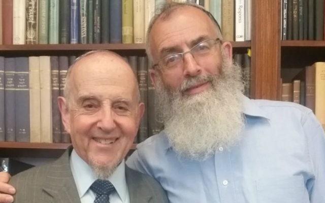 Le rabbin David Stav (à droite), fondateur et président de l'organisation rabbinique israélienne Tzohar, a exprimé son plein soutien au rabbin de New York Haskel Lookstein (à gauche), après une rencontre le 5 juillet 2016. (Crédit : Yakov Gaon)