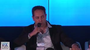 Yoni Avital, de Tradesmarter, explique pendant une récente conférence qu'en Israël, l'industrie des options binaires est devenue un monde de plateformes de transactions qui manipulent les prix, de vendeurs agressifs et de blanchiment d'argent. (Crédit : capture d'écran YouTube)