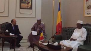 Dore Gold, directeur général du ministère des Affaires étrangères (à gauche) avec le président du Tchad, Idriss Déby (à droite) au palais présidentiel de Fada, au cœur du Sahara, le 14 juillet 2016. (Crédit : ministère des Affaires étrangères)