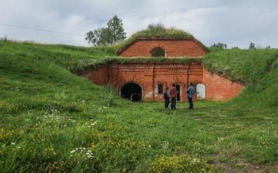 Une équipe de tournage se préparant à enregistrer dans un ancien camp de concentration connu  sous le nom de Septième Fort à Kaunas, en Lituanie, le 12 juillet 2016. (Photo: Cnaan Liphshiz)
