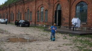 Un garçon jouant au football à l'entrée de l'ancien camp de concentration connu sous le nom de Septième Fort à Kaunas, en Lituanie, le 12 juillet 2016. (Photo: Cnaan Liphshiz)