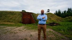 Jonny Daniels, le fondateur de l'organisation polonaise pour la commémoration de la Shoah From the Depths, à l'entrée du Septième Fort à Kaunas, en Lituanie, le 12 juillet 2016. (Photo: Cnaan Liphshiz)
