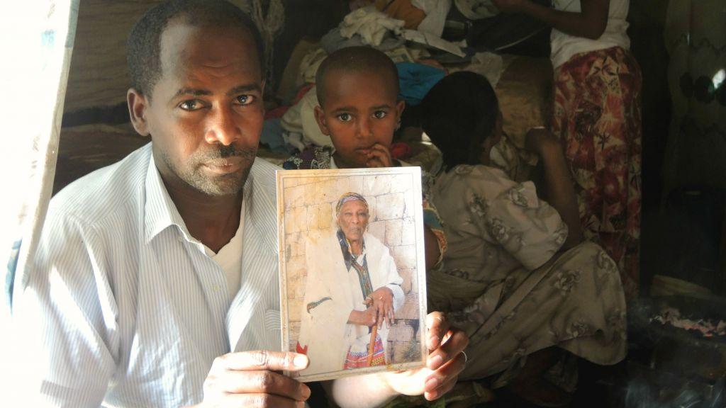 Simegnew Yosef Naga, 24 ans, tient une photo de sa grand-mère vivant à Ramle, dans sa maison à Gondar, le 15 avril 2016. (Crédits : Melanie Lidman / Times of Israel)