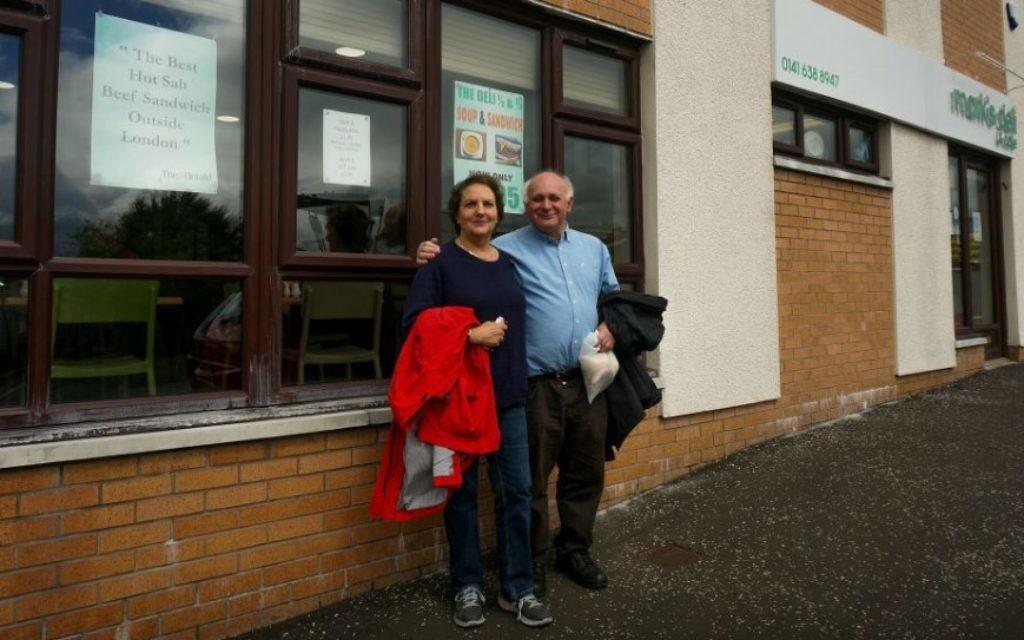 Howard et Claire Singerman devant Mark's Deli, un restaurant juif à Glasgow, le 4 juillet 2016 (Crédit : Cnaan Liphshiz/via JTA)