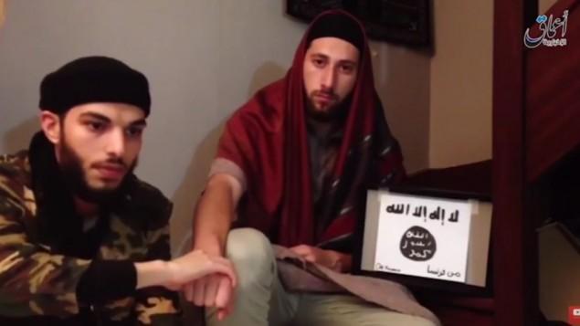 Les terroristes de l'église de Saint-Etienne du Rouvray, Adel Kermiche, 19 ans (à gauche) et Abdel Malik Nabil Petitjean, 19 ans aussi, prêtent allégeance à l'Etat islamique. (Crédit : capture d'écran YouTube)
