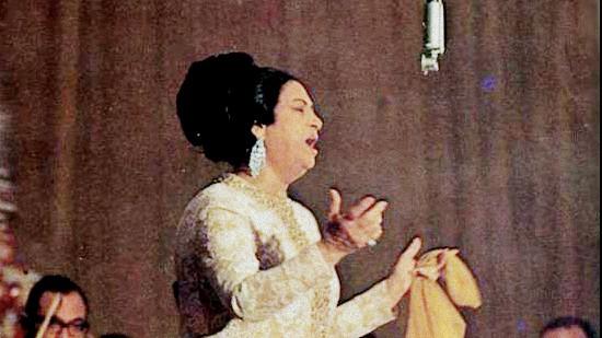 Oum Kalsoum pendant l'un de ses derniers concerts, en 1968. (Crédit : CC BY domaine public/Wikipedia)