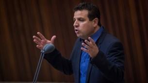 Ayman Odeh, président de la Liste arabe unie, pose une question au Premier ministre Benjamin Netanyahu pendant une session de question parlementaire à la Knesset, le 18 juillet 2016. (Crédit : Hadas Parush/Flash90)