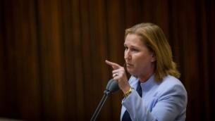 La députée de l'Union sioniste Tzipi Livni pose une question au Premier ministre Benjamin Netanyahu pendant l'heure des questions parlementaires, le 18 juillet 2016. (Crédit : Hadas Parush/Flash90)