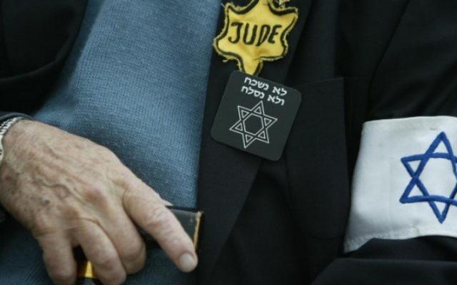 Un survivant de l'Holocauste assiste à une cérémonie de commémoration de la Shoah à Yad Vashem, à Jérusalem. Illustration. (Crédit : Pierre Terdjman/Flash90)