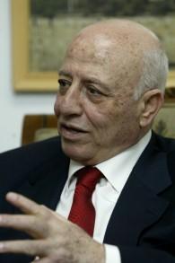 Ahmed Qurei, ancien Premier ministre de l'Autorité palestinienne (2003 - 2006), le 6 juin 2004. (Crédit : Flash90)
