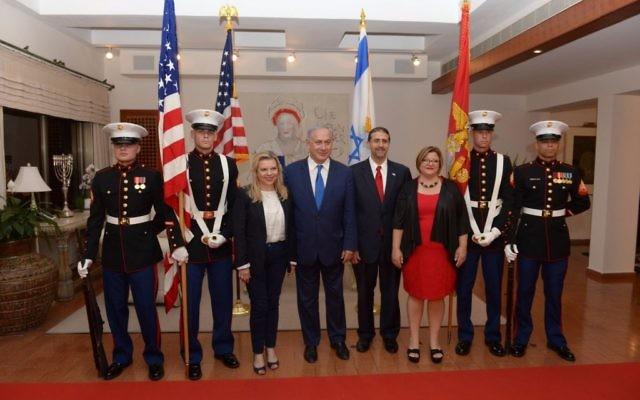 Le Premier ministre Netanyahu, son épouse Sara, l'ambassadeur des Etats-Unis en Israël Dan Shapiro et son épouse Julie Fisher, pendant une cérémonie célébrant l'Indépendance des Etats-Unis, le 30 juin 2016. (Crédit : GPO/Amos Ben Gershom)