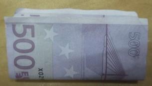 Une liasse d'euros confisquée par les forces de sécurité israéliennes à un homme qui tentait de passer de l'argent en contrebande, au poste-frontière d'Erez, dans la bande de Gaza, en juin 2016. (Crédit : Shin Bet)