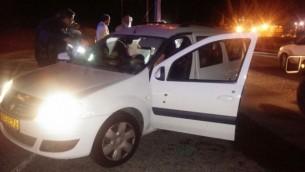 Un véhicule israélien pris pour cible près de l'implantation de Tekoa, en Cisjordanie, le 9 juillet 2016. (Crédit : porte-parole du Gush Etzion)