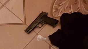 Un pistolet trouvé pendant un raid des forces de sécurité israéliennes à Urif, près de Naplouse, dans le cadre d'une répression des armes illégales en Cisjordanie, le 10 juillet 2016. (Crédit : Shin Bet)