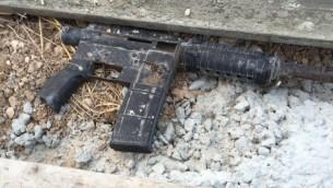 Morceau d'un fusil d'assaut M-16 trouvé pendant un raid des forces de sécurité israéliennes à Urif, près de Naplouse, dans le cadre d'une répression des armes illégales en Cisjordanie, le 10 juillet 2016. (Crédit : Shin Bet)