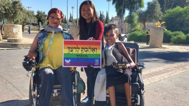 Des participantes à la Gay pride de Jérusalem, dans le Liberty Bell Park de Jérusalem, jeudi 21 juillet 2016 (Crédit : Sarah Tuttle-Singer/Times of Israel)