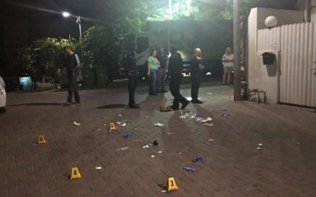 L'endroit où un homme a été abattu par la police après avoir menacé les officiers, dans la rue Petah Tikva, dans le sud de Tel Aviv, le 28 juillet 2016 (Crédit : police israélienne)
