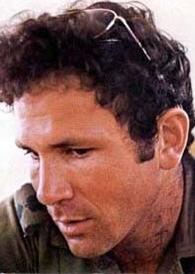 Yoni Netanyahu, sur une photo prise peu de temps avant sa mort à Entebbe en 1976 (Crédit : Wikipedia)
