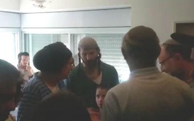 Rina Ariel, la mère de l'ado poignardée à mort Hallel Ariel, a rendu visite le 7 juillet 2016 à la famille du rabbin Miki Mark, qui a été tué lors d'un attentat terroriste, un jour après la jeune fille (Crédit : capture d'écran la Dixième chaîne)