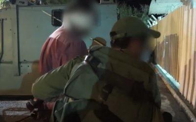 Les troupes israéliennes arrêtent un homme pendant un raid en Cisjordanie pour arrêter une cellule du Hamas responsable de la mort du rabbin Miki Mark, le 27 juillet 2016. (Crédit : capture d'écran YouTube)