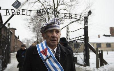 """Miroslaw Celka, survivant d'Auschwitz, a rendu hommage à ses camarades tombés au """"mur de la mort"""", lieu d'exécution de l'ancien camp d'extermination d'Auschwitz, à Oswiecim, en Pologne, au 70e anniversaire de la libération du camp nazi, le 27 janvier 2015. (Crédit : Odd Andersen/AFP)"""