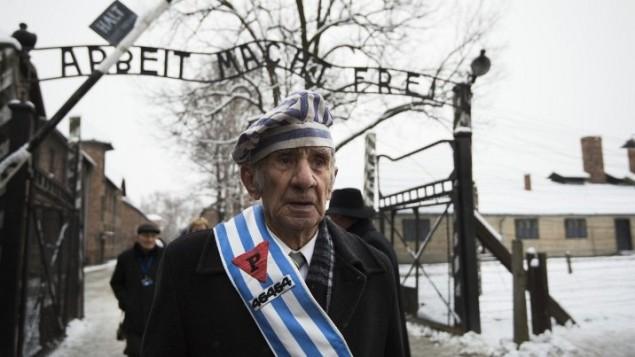 """Miroslaw Celka, survivant d'Auschwitz, a rendu hommage à ses camarades tombés au """"mur de la mort"""", lieu d'exécution de l'ancien camp d'extermination d'Auschwitz, à Oswiecim, en Pologne, au 70e anniversaire de la libération du camp nazi, le 27 janvier 2015. (Crédit : AFP/Odd Andersen)"""