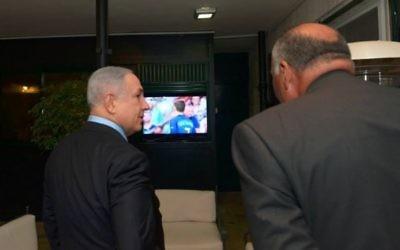 Le Premier ministre Benjamin Netanyahu et son invité, le ministre égyptien des Affaires étrangères Sameh Choukri, regardent la finale de l'Euro de football 2016 entre la France et le Portugal dans la résidence du Premier ministre à Jérusalem, le 10 juillet 2016. (Crédit : Haim Zach/GPO)