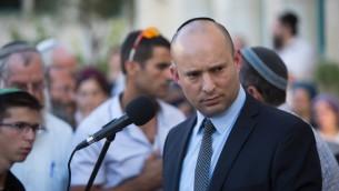 Le ministre de l'Education Naftali Bennett prononce un éloge funèbre lors des funérailles de Hallel Yaffa Ariel dans l'implantation de Kiryat Arba, en Cisjordanie, le 30 juin 2016. (Crédit : Yonatan Sindel/Flash90)