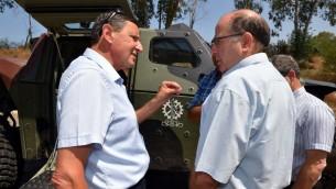Dans cette photo non datée, le directeur général du ministère de la Défense, Udi Adam, à gauche, parle avec celui qui était alors ministre de la Défense, Moshe Yaalon (Crédit : Autorisation, ministère de la Défense)