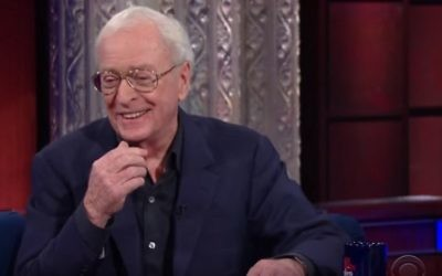 L'acteur britannique Michael Caine parlant à Stephen Colbert au cours de l'émission The Late Show en novembre 2015 (Crédit : capture d'écran YouTube)