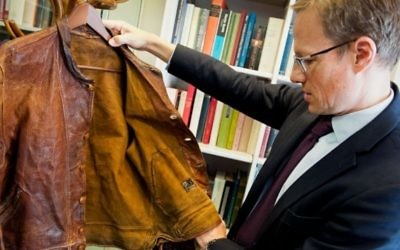 Thomas Venning examine la veste en cuir d'Albert Einstein avant sa vente aux enchères, en juillet 2016. (Crédit : Christie's)