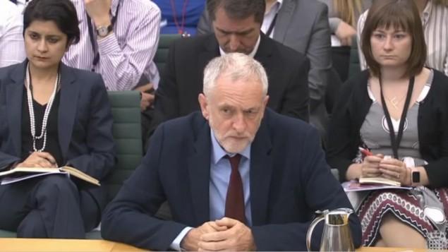 Jeremy Corbyn, dirigeant du Labour britannique, répond aux questions de la commission des Affaires domestiques sur l'antisémitisme, au parlement britannique, le 4 juillet 2016. (Crédit : capture d'écran parliamentlive.tv)