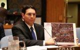 Danny Danon, ambassadeur d'Israël à l'ONU, montre au Conseil de sécurité une carte des positions du Hezbollah dans le sud du Liban, pendant une réunion sur le 10e anniversaire de la fin de la deuxième guerre du Liban, le 12 juillet 2016. (Crédit : autorisation)