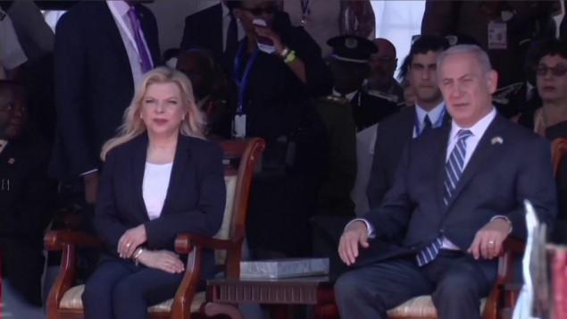 Le Premier ministre Benjamin Netanyahu et son épouse Sara pendant la cérémonie marquant le 40e anniversaire de l'opération Entebbe, en Ouganda, le 4 juillet 2016. (Crédit : Raphael Ahren/Times of Israel)