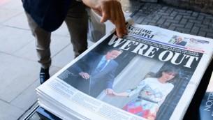 L'Evening Standard de Londres titrant sur la démission du Premier ministre britannique David Cameron et sur le référendum sur la question de quitter l'UE, à Londres le 24 juin 2016. (Crédit photo: Leon Neal / AFP)