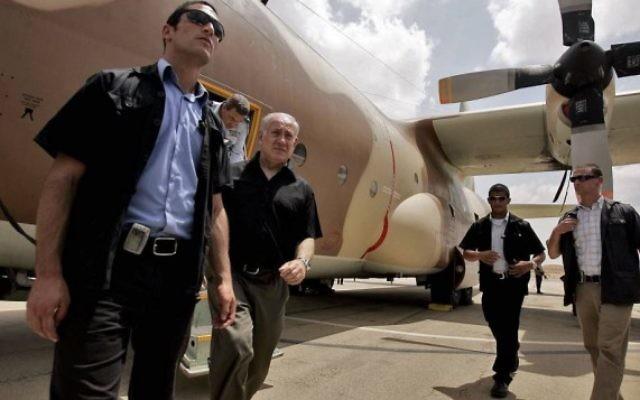 Le Premier Benjamin Netanyahu sort d'un Hercules C-130, utilisé pour le raid de l'opération de sauvetage d'otages à l'aéroport Entebbe en Ouganda en 1976, pendant une visite à la base aérienne Hatzerim, près de Beer Sheva, en 2009. (Crédit : Edi Israel/Flash90)
