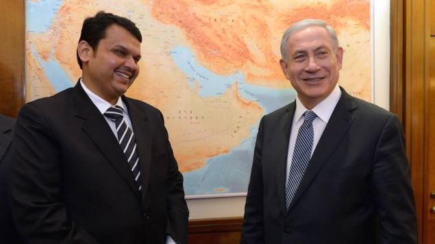 Le Premier ministre Netanyahu avec le ministre en chef de l'Etat indien du Maharashtra, Devendra Fadnavis, à Jérusalem, le 29 avril 2015 (Haim Zach/GPO)