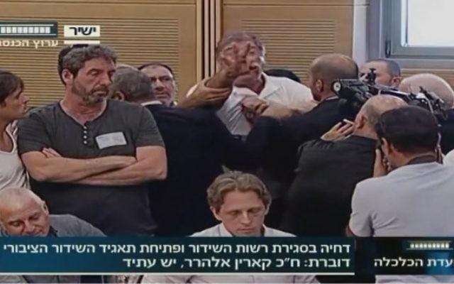 L'employé d'IBA, Rafi Issachar, interrompt une audience de la Knesset sur le retard de la création d'une nouvelle autorité de radiodiffusion publique (Crédit : capture d'écran de la chaîne de la Knesset)