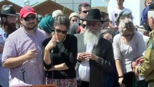 La famille du soldat israélien, le sergent Slomo Rindenow lors de ses funérailles, à Netzer Hazani le 18 juillet 2016 (Crédit : capture d'écran Facebook)