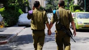 Une photo mise en scène téléchargée sur la page Facebook officielle de l'armée israélienne pour marquer le Mois de la fierté en 2012 (crédit : Facebook)