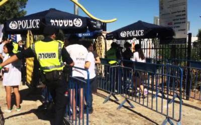 L'accès à la zone de la Gay pride de Jérusalem se fait sous haute surveillance, alors que 2000 agents de police ont été déployés pour faire face aux menaces d'attaques, Jérusalem, 21 juillet 2016 (Crédit : Capture d'écran YouTube)
