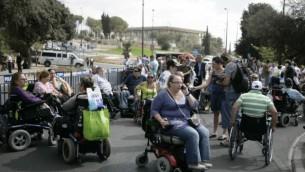 Manifestation en faveur des droits des personnes handicapées,  Jérusalem, 25 octobre 2010. (Crédit photo: Abir Sultan / Flash90)