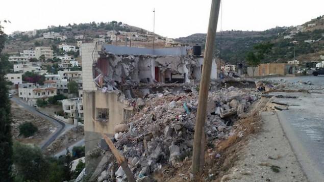 Les restes d'une maison à Surif, village de Cisjordanie, après avoir été touchée par un missile israélien pendant une opération d'arrestation d'une cellule terroriste du Hamas, le 27 juillet 2016. (Crédit : unité des porte-paroles de l'armée israélienne)