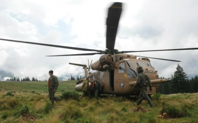 Une équipe de secours de l'armée israélienne cherchent les corps des victimes d'un accident d'hélicoptère en Roumanie, le 28 juillet 2010. (Crédit : unité des porte-paroles de l'armée israélienne/Flash90)