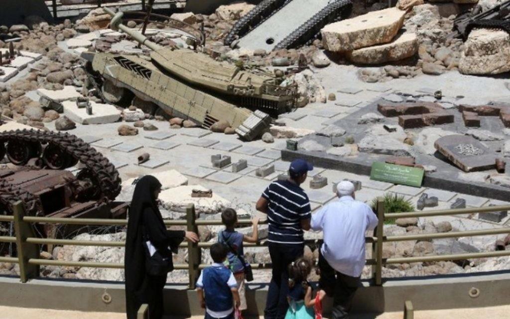 """Des visiteurs regardent des chars laissés au Liban par l'armée israéliennes au """"Musée-monument touristique de la Résistance' créé par le Hezbollah  à Mlita  dans le sud du Liban, le 12 juillet 2016 (Crédit : MAHMOUD ZAYYAT / AFP )"""