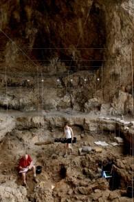 Des archéologues de l'université hébraïque excavent une tombe vieille de 12 000 ans dans une grotte du nord d'Israël. (Crédits : Naftali Hilger)