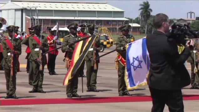 Une garde d'honneur ougandaise accueille le Premier ministre Benjamin Netanyahu à son arrivée à Entebbe, le 4 juillet 2016. (Crédit : capture d'écran YouTube)